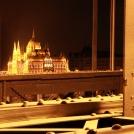 Překrásný parlament v Maďarsku v nočním osvětlení