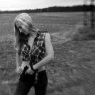 Černobílá fotografie dívky s pistolí, objektiv Lensbaby