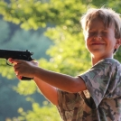 """Staší portrét chlapce s pistolí - tato fotografie byla otištěna v časopise - více <a href=""""http://malebno.cz/portrety-ze-supliku-ma-starsi-tvorba/"""" >ZDE</a>"""