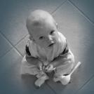 Částečně odbarvená fotografie miminka.