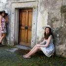 Dvě kamarádky v květovaných šatech