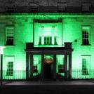 Zelené Irsko - zeleně nasvícená budova na počest oslav svatého Patrika