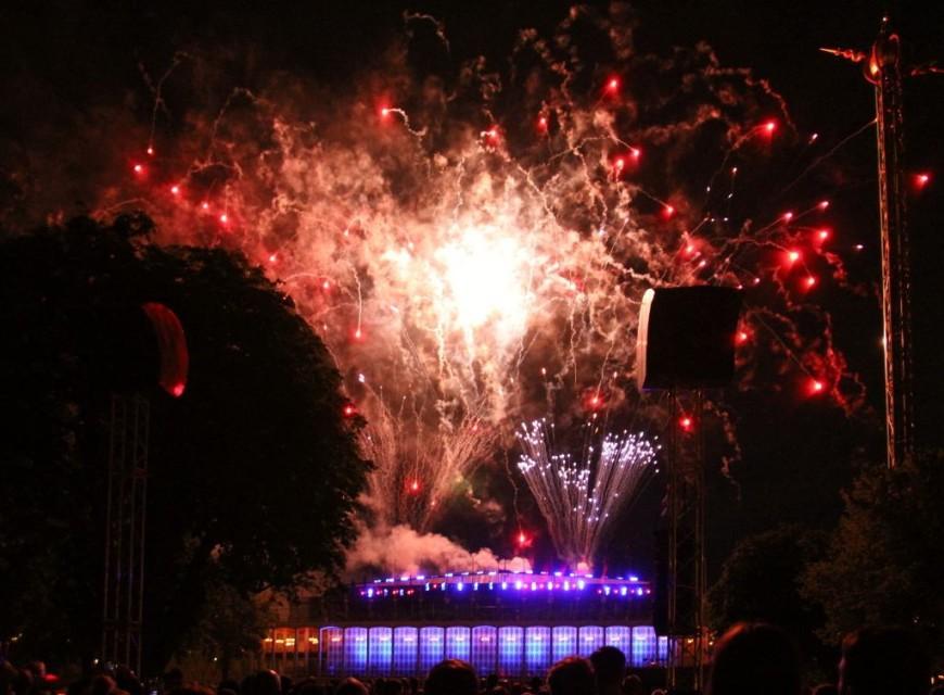 Ohňostroj v dánském zábavním parku Tivoli v Kodani