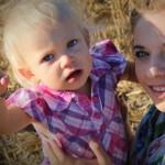 Portrét blonďatého batolete se starší sestrou