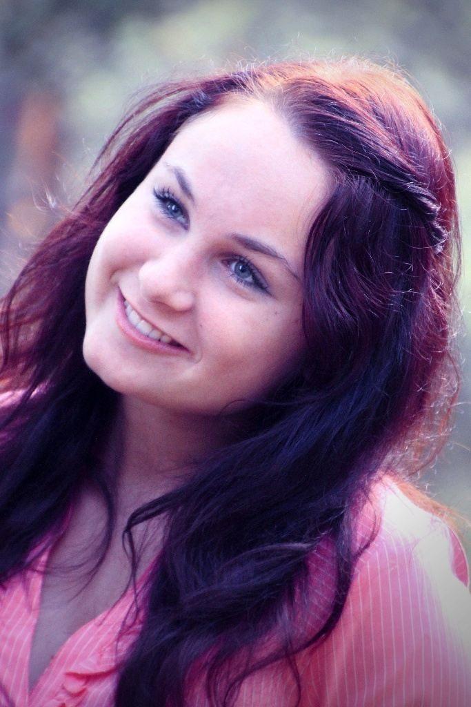 Zasněný něžný portrét dívky s červenými vlasy