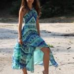 Letní portrét dívky v modrých rozevlátých šatech
