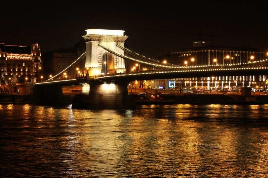 Noční Budapešť v zimě, most v Budapešti