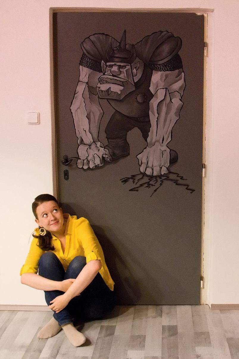Já a trol - Tereza Preislerová se svou malbou trola na dveřích