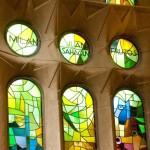 Detail zelených vitráží katalánského architekta Gaudího