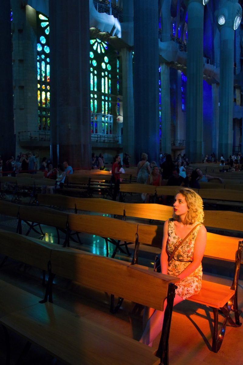 Portrét focený v Barceloně, dívka sedící v katedrále Sagrada Família