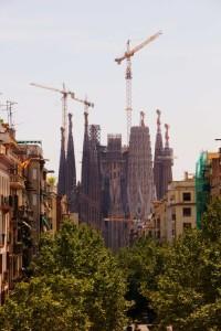 Pohled na známou katedrálu ze Sagrada Família přímo z okna komplexu Nemocnice Svatého kříže a svatého Pavla