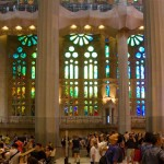 Pohled na vitráže katedrály Sagrada Família, modré a zelené vitráže