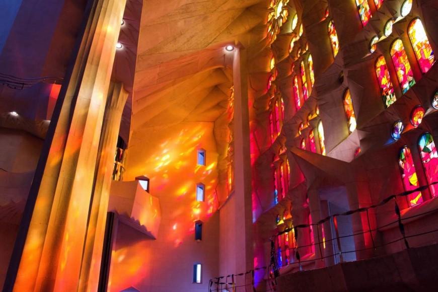 Oranžové vitráže z katedrály od Gaudího